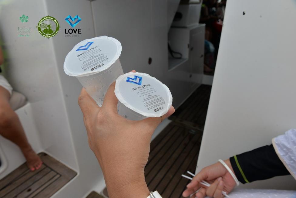 การจัดการท่องเที่ยวที่ดีมาก : การใส่ใจในรายละเอียด ยัง บริการน้ำดื่ม Logo Love Andaman บนเรือ ก่อน เรือทำความเร็ว อีกด้วยครับ