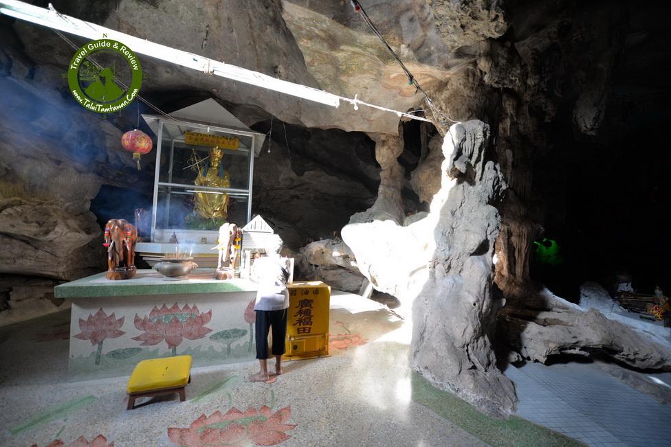 ผู้สูงวัย มาไหว้พระ ในถ้ำ ครับ
