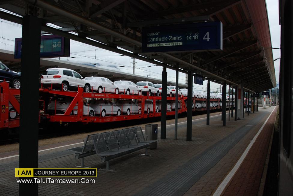 ระหว่าง นั่งรถไฟ จาก Hallstatt เพื่อไป Innsbruck เจอพลางตัวในภาพครับ ทั้งขบวนเลยครับ