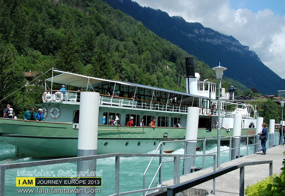 ด้านข้าง ท่าเรือ ทะเลสาบ อยู่หลังโรงแรม แสน โรแมนติด ครับ