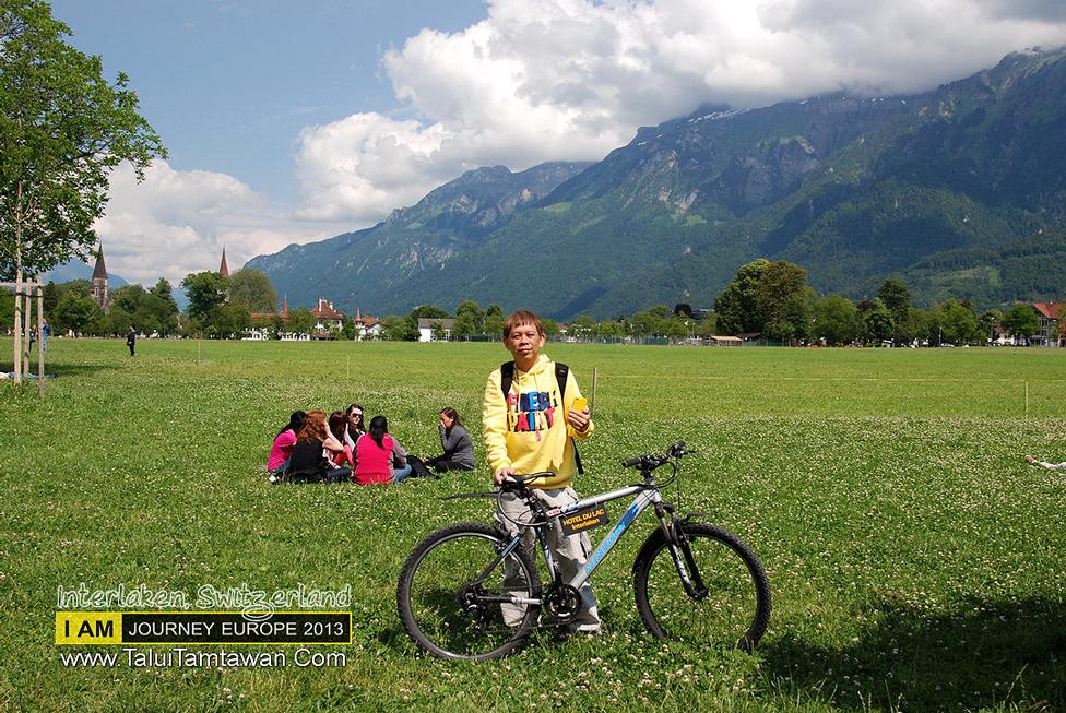 เดินเที่ยวมาหลายเมืองแล้ว เปลี่ยนมา ปั่นจักรยานบ้าง ครับ ฉากหลังที่เห็นคือเทือกเขา ที่เป็น Top of Europe คือ jungfraujoch นั่นเองครับ