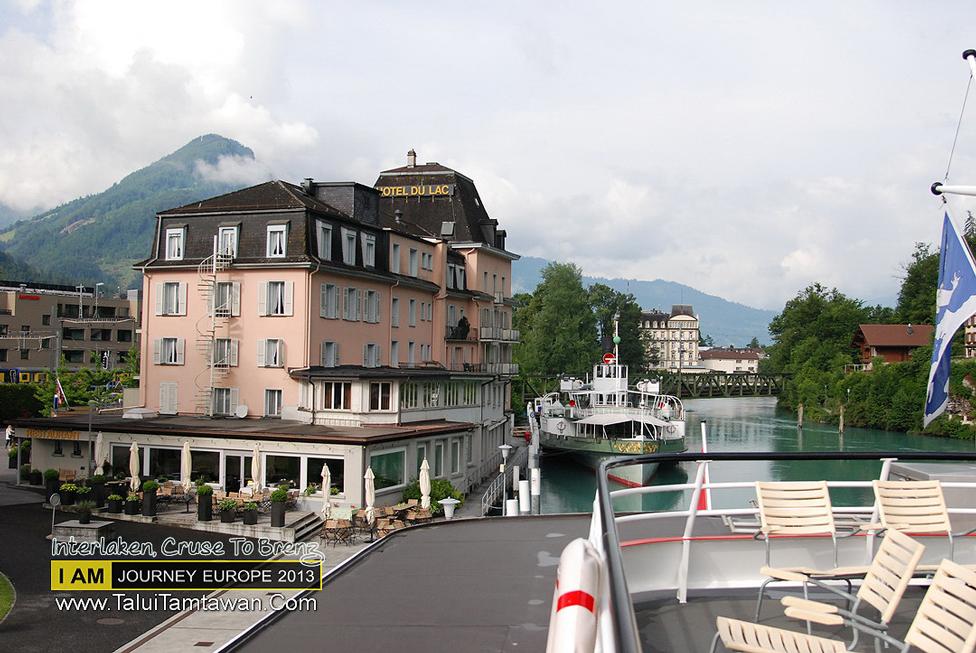 ด้านหลังคือโรงแรมที่พัก ยอดเขาที่เห้นนั่นคือ Top of Europe